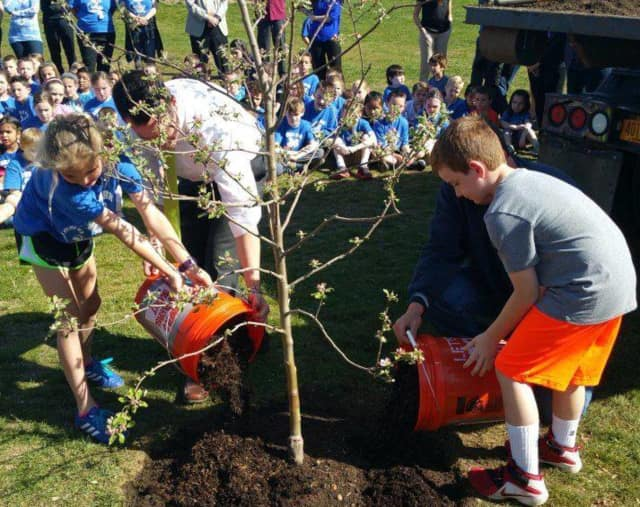State Sen. David Carlucci and students from Evans Park Elementary School in Pearl River recently planted an apple tree in celebration of Earth Day.