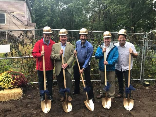Rabbi Greg Wall; co-presidents Andrew Marcus and Louis Parks;  andWestport First Selectman Jim Marpe and Selectman Avi Kaner at the groundbreaking for Beit Chaverim Synagogue in Westport.