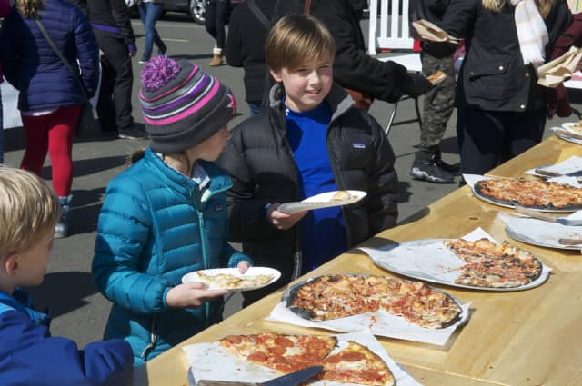 A Teaneck chef will be dishing up kosher for Passover pizza and more at a pop-up shop in Teaneck.