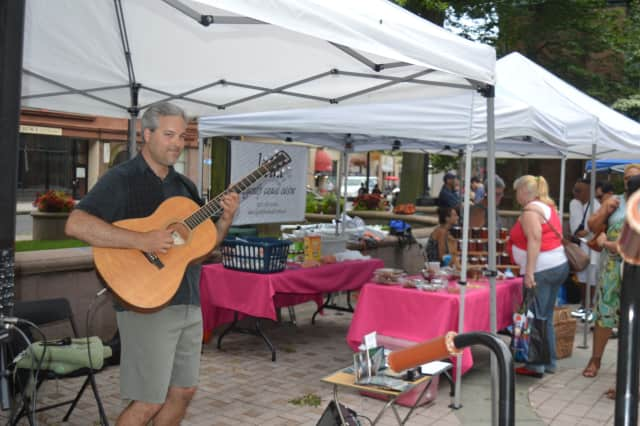 Guitarist Glen Roth entertains the crowd at the farmers market on McLevy Green in Bridgeport.