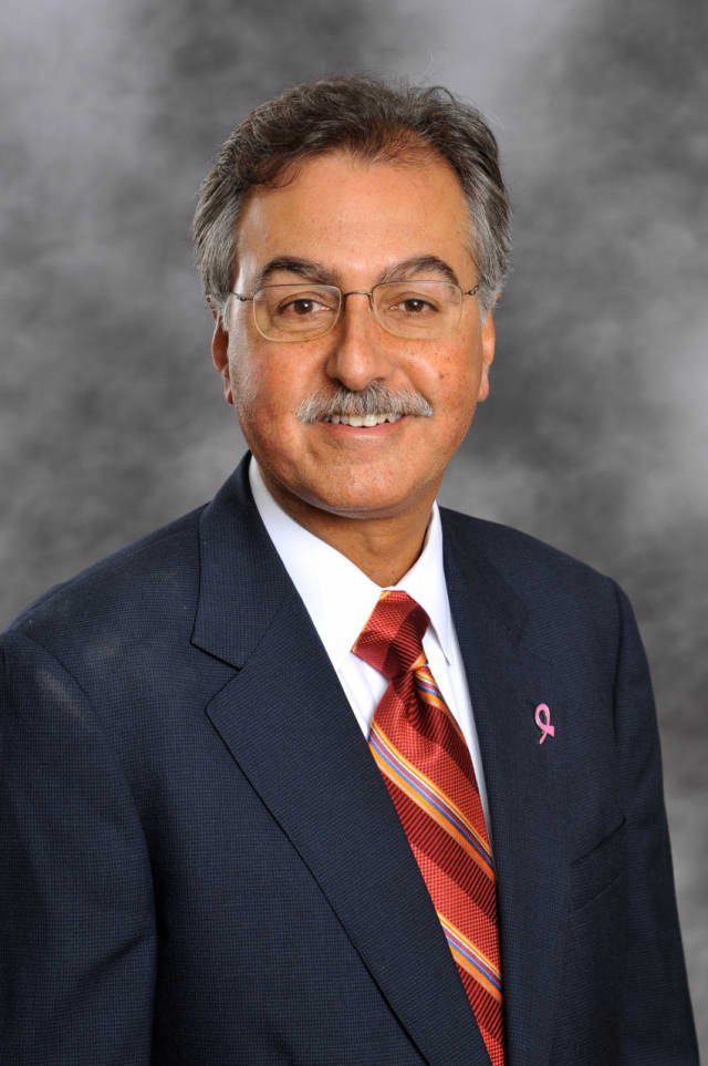 White Plains Hospital's Dr. Mark Gordon is receiving American Cancer Society's Beacon of Hope Award.