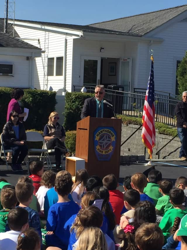 Town Supervisor Carl Fulgenzi speaks to the students about recycling.