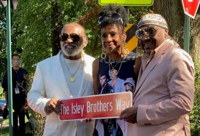 Ernie and Ron Isley with their niece.