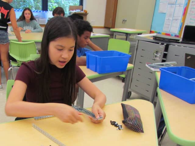 Irvington Middle School students are learning how to build robots.