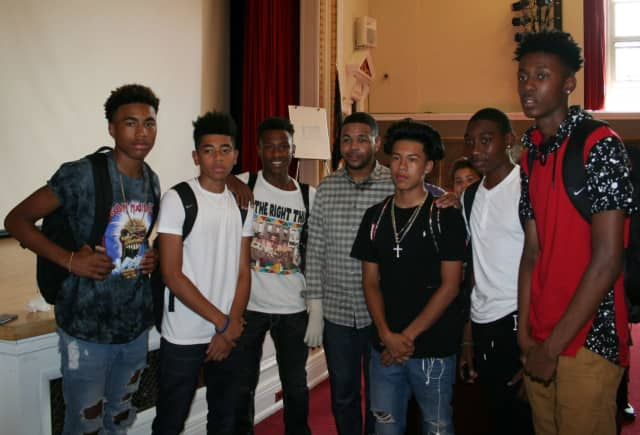 Inky Johnson poses with students at Hamilton High School.