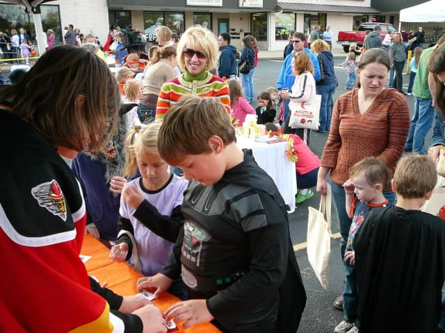 Midland park is seeking volunteers to help youngsters with holiday crafts.
