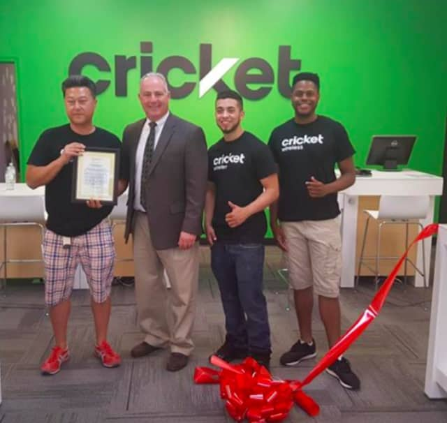 Saddle Brook Mayor Robert White at Cricket Wireless's ribbon cutting
