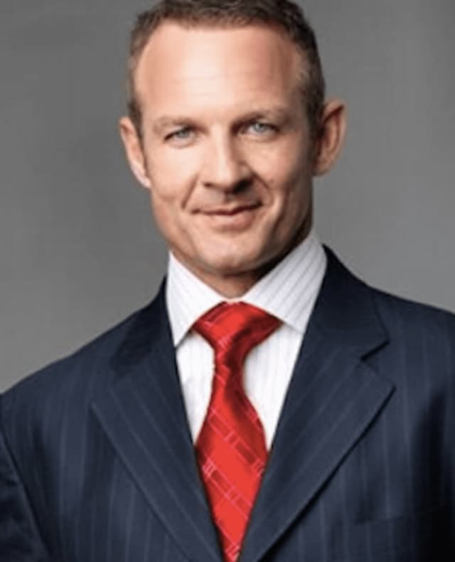 Former NFL player and television analyst Merrill Hoge will join a sports bar in Yonkers to help usher in the NFL season on Monday.