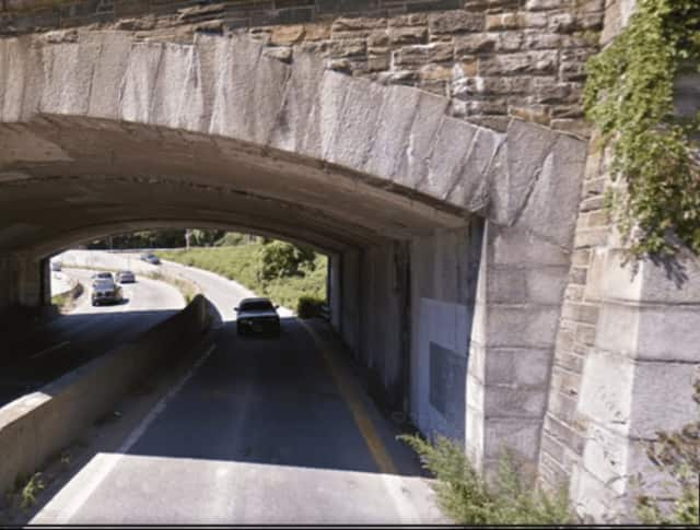 A minibus on the Saw Mill River Parkway struck the Yonkers Avenue overpass.
