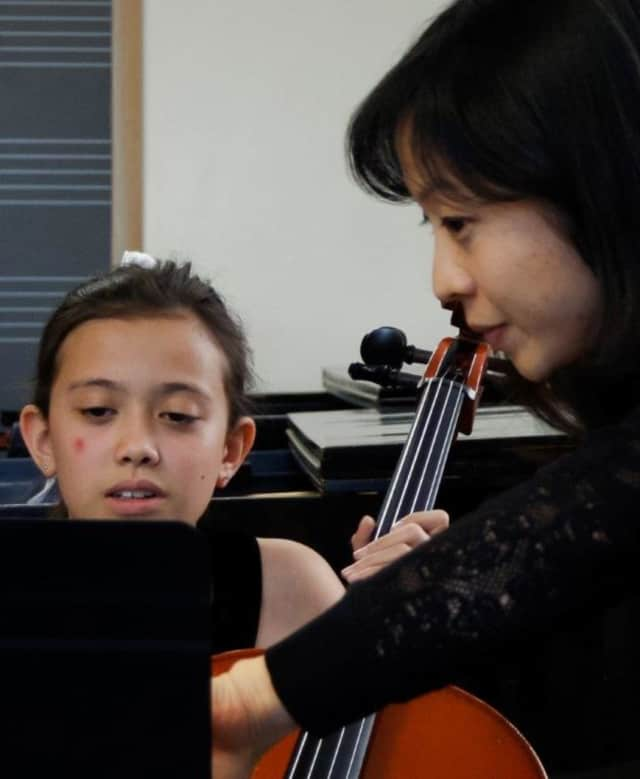 A Hoff-Barthelson student learning from one of the members of the New York Philharmonic.
