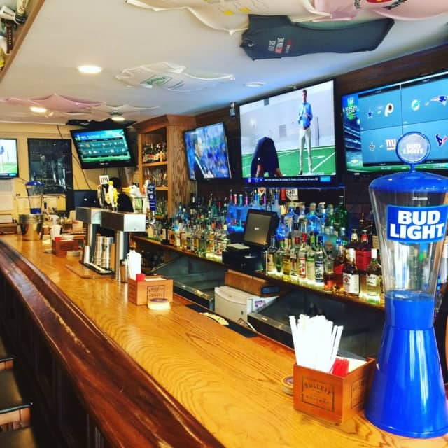 PourHouse Bar & Grill is a local favorite for drinks in Ardsley.