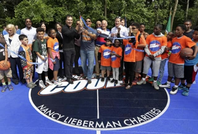 A ribbon-ceremony opened a newbaketball court in Old Tarrytown Park.