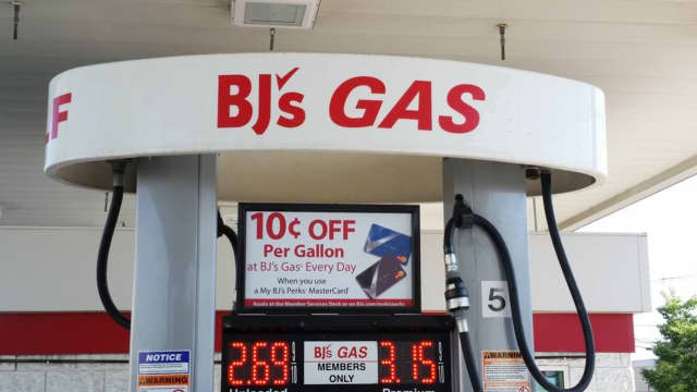 Gas prices continue to drop in Connecticut and nationally.