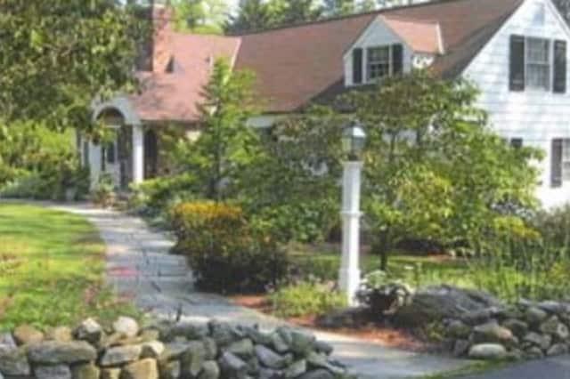 Enter your front garden now into the New Castle Beautiful Landscape Contest.