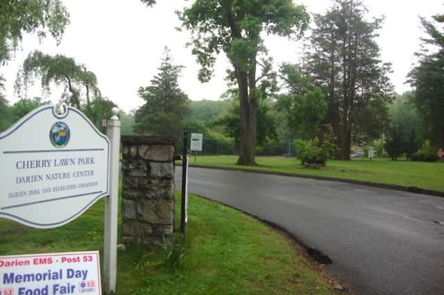 Darien police say a purse robbery happened while a family enjoyed Cherry Lawn Park.