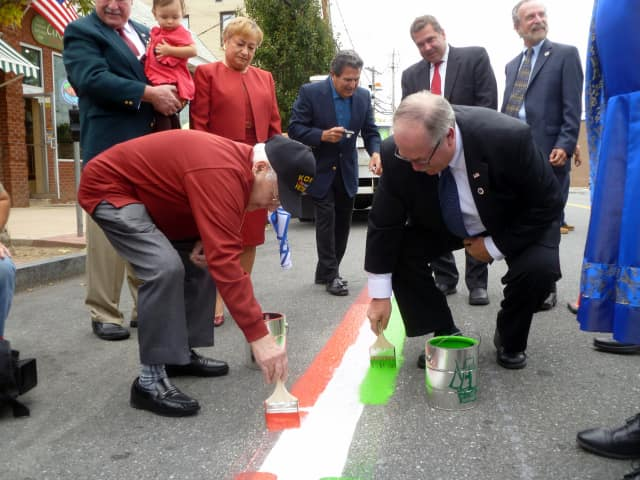 A red, white and green stripe was painted on the parade route.