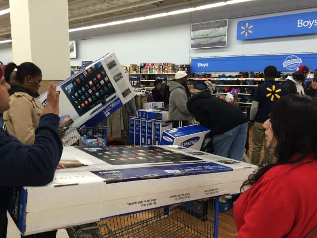 Walmart will switch from black reusable plastic containers to wood-grain ones