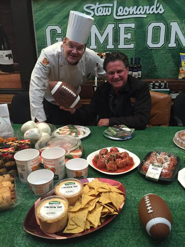 Stew Leonard Jr., right, announced the grocer will open a store in Farmingdale, N.Y. in 2016.
