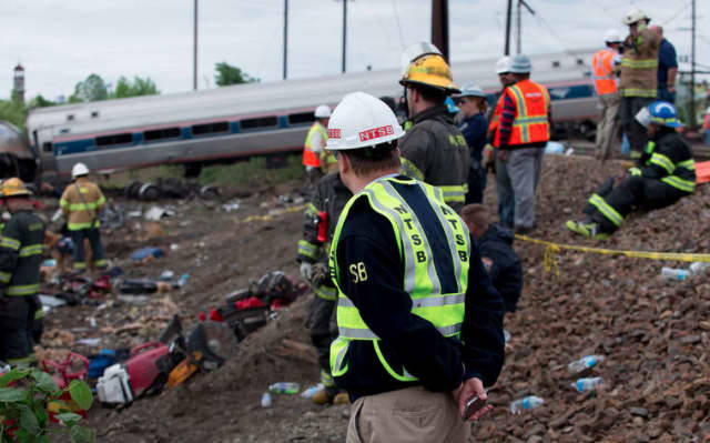 A Lyndhurst police officer will be honored for his rescue efforts following the Amtrak train derailment in Philadelphia.