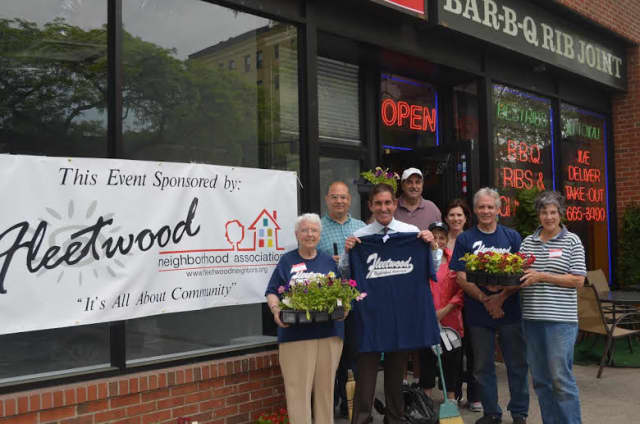 From left, Pat Monahan, Fleetwood Neighborhood Association board member; state Sen. Jeff Klein (D-Bronx/Westchester); Mike Justino, FNA president; Eileen Justino, FNA member; John Provetto, graffiti removal volunteer; and other volunteers.
