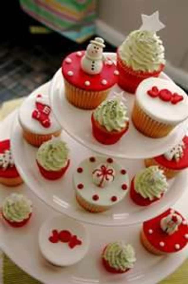 A holiday cupcake decorating event highlights events in Mount Vernon this weekend.