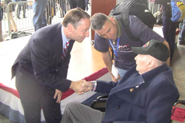 Westchester County Executive Rob Astorino greets a World War II veteran at the Hudson Valley Honor Flight in 2014.