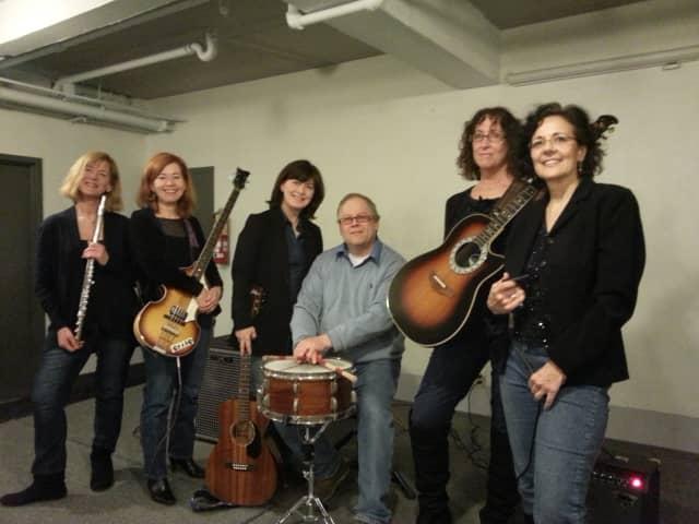 (L to R) Pam Sklar, flute; Joan Indig, bass; Jenny Murphy, lead vocals; Bill Reeve, drums; Irene Maher, lead guitar & vocals;Hope Berkeley, harmonica