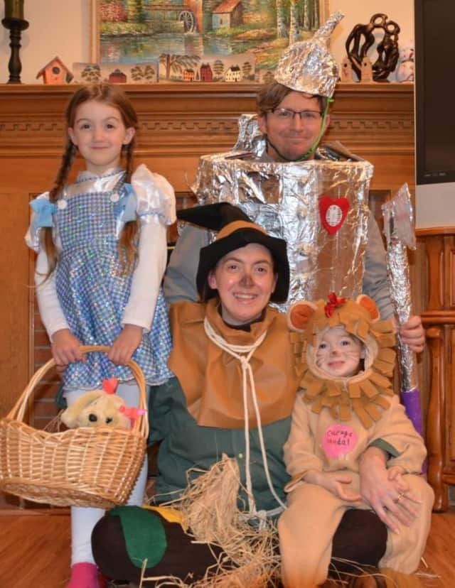 "Robert and Cara Hughes and their daughters dress up as characters from ""The Wizard of Oz"" in a bid to win a trip to Scotland from the ""Today"" show."