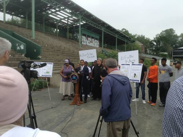 Mount Vernon Mayor Richard Thomas announcing his plans at Memorial Field.